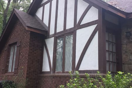 BMX Special - downstairs studio in English Tudor - Flat
