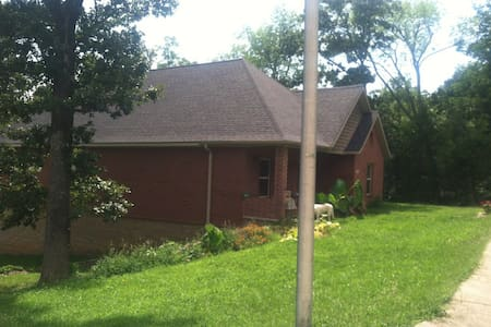 BBB! Spacious, private, 4br+ house - 3 car garage! - Fayetteville - Hus