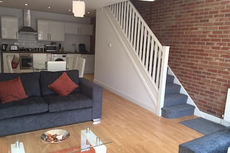 Beautiful 2 Bedroom Town House (1 of 3) - Maison