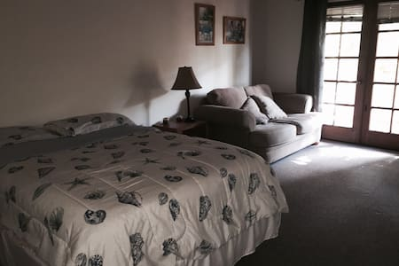 1 Queenbed/1 private bathroom/couch - Santa Barbara - Hus