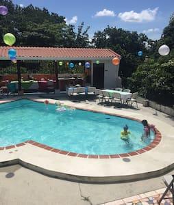Hermosa Quinta con piscina y jacuzi - Alajuela  - House