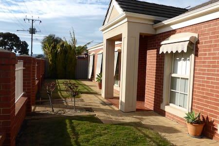 Spacious 3bdr home between City & Beach - Flinders Park