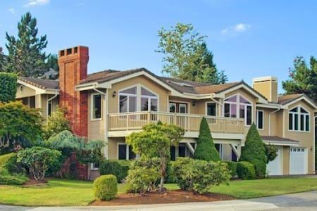 远眺雷尼尔雪山的舒适友好型家庭别墅 - Bellevue