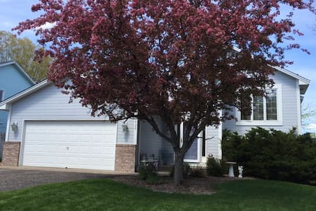 Home Away From Home, 2 bedrooms, 1 Queen, 1 Twin - Chanhassen - House