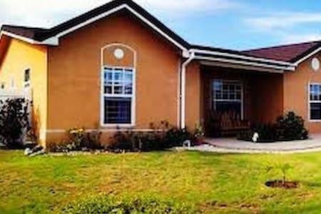 Family Home in Prestige gated community in Jamaica - Ház