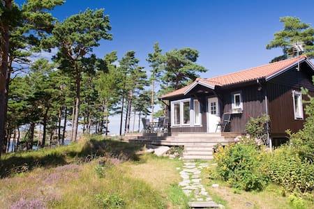 Egen stuga med havsutsikt - Tanum - House