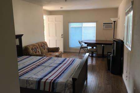 独立出入,环境优雅复古,舒适的大床房1.5*2.0米! - Walnut - House