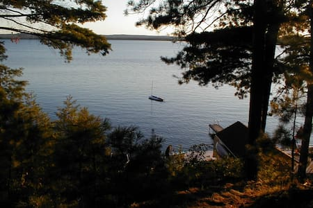 Round Lake St Patricks Bay. - Kisház