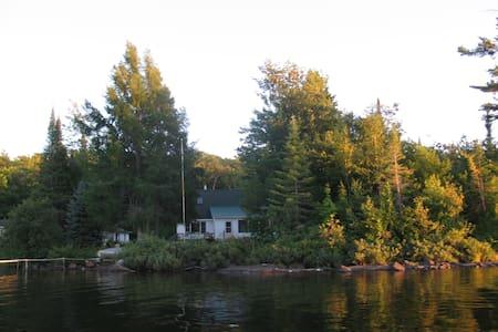 Lovely Lake Medora cottage - Casa
