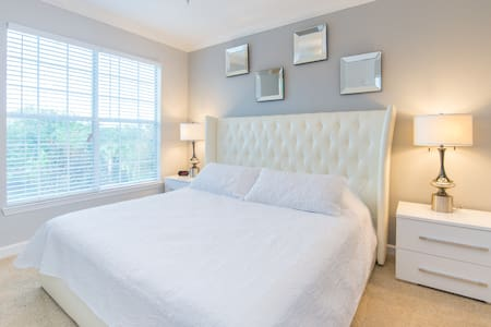 Luxurious, Newly Renovated Condo Near Disney - Condominium