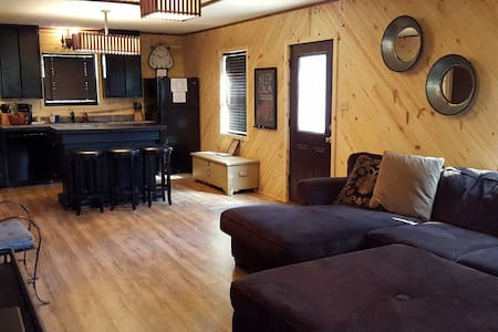Paddles Up: Sleeps 4, 2 Bed, Hot Tub, Wifi, Pet - Broken Bow