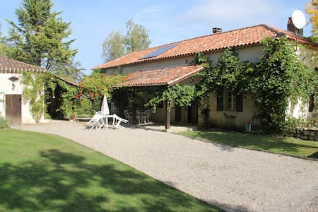 A large family home with an incredible view & pool - Tournon-d'Agenais - Haus