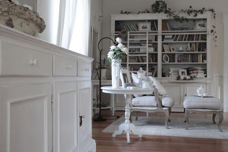 Villa Carlotta  Charming Rooms - Travedona Monate - Bed & Breakfast