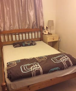 Double room, own bathroom, near Gatwick - Crawley - Lejlighed