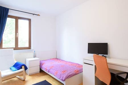 ECONOMIC & COMFORTABLE ROOM NEAR TO TRAIN STATION! - Bécs - Lakás