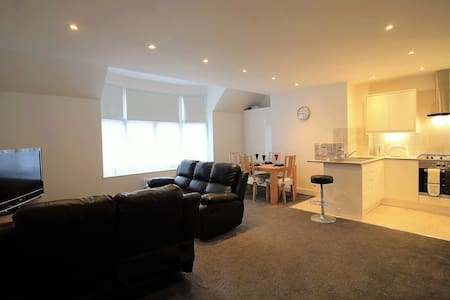 Exquisite 3 Bed Flat, 15 min from Heathrow - Staines-upon-Thames - Apartment