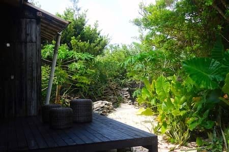 奄美の海までわずか10m!!プライベートビーチ直結の一棟まるごと貸切「MAE-HIDA」 - Casa
