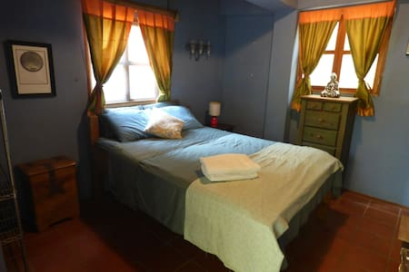 Local Colour Guest House: Private Room & Bathroom - Huis