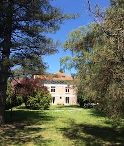 Appart dans propriété des années 30 - Huis