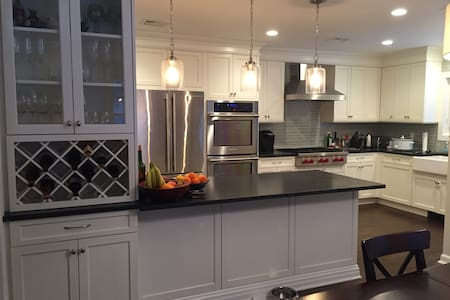 Charming cottage close to town - Chappaqua - House