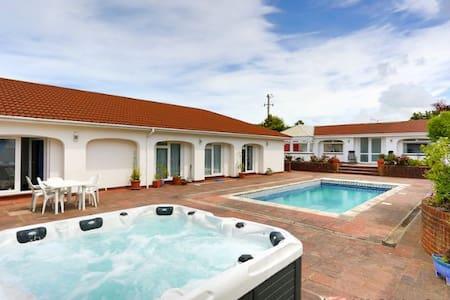 APPLEDORE SURF BAY LODGE | 3 Bedrooms - Casa