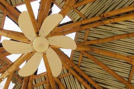 Maisonnette hexagonale terre/bambou - Kabin