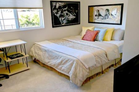 Private King Bedroom With Desk & Views - 비스타(Vista) - 단독주택