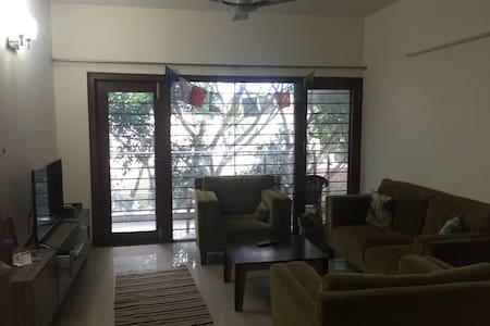 1 room in spacious Indiranagar flat near metro - Apartment