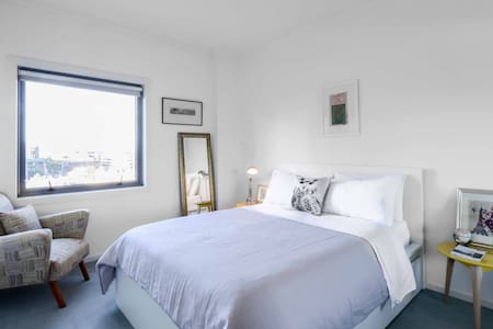 Warm, Inviting & Close to it all! - South Melbourne - Apartment