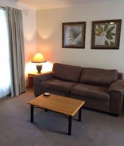 Quiet 2 bedroom apartment opposite Chadstone SC - Hughesdale