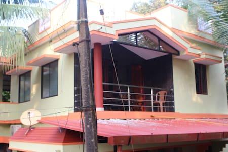 Spacious & cozy 1 BD top floor home - Dům