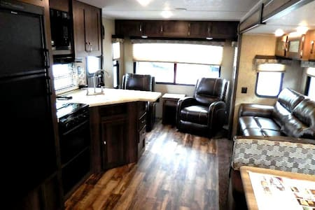 New 2016 27' Camper: horses bikes or pets welcome! - Greer