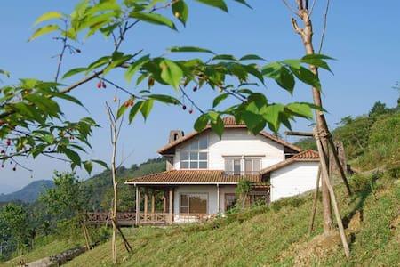玉蘭99-溫暖舒適的小木屋 一場忘卻煩憂的放鬆假期-鄰近蘭陽平原夜景 松羅九寮溪步道 清泉地熱 : - Datong Township - Bed & Breakfast