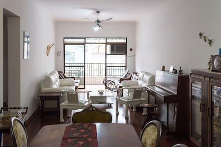 Amplo apartamento 1 quadra da praia - Wohnung