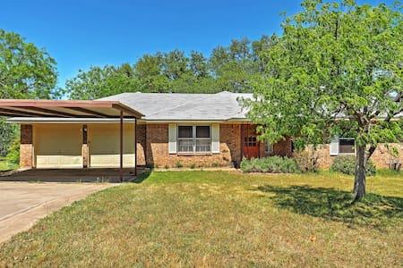 3BR Kingsland Home on 2.5 Acres - Ev