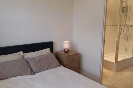 Double Ensuite Bedroom in Tonbridge - Huis
