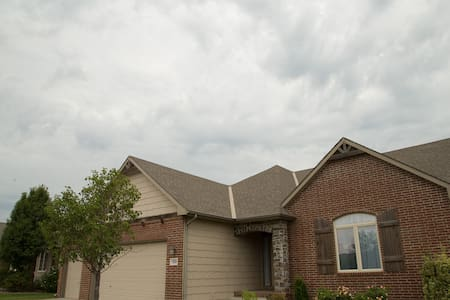 Tranquil fully appointed home overlooking water. - Wichita - House