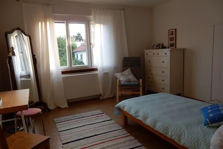 Zimmer mit Abendsonne - Metzingen - Apartamento