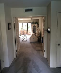 Beautiful Saratoga Condo 2 minute walk to Village - Saratoga - Hus