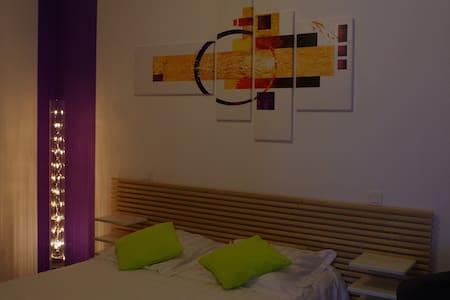 Chambre lumineuse, moderne au calme - House