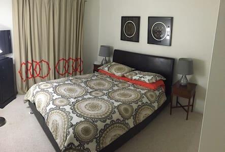 Charming and cozy Queen bedroom - Casa