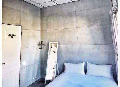 (参室)簡約輕工業風格雙人房台南市中心平價住宿,與著名小吃五星酒店相鄰 - 南區 - House