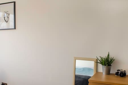 Bright double bedroom in Kilburn - London - Apartment