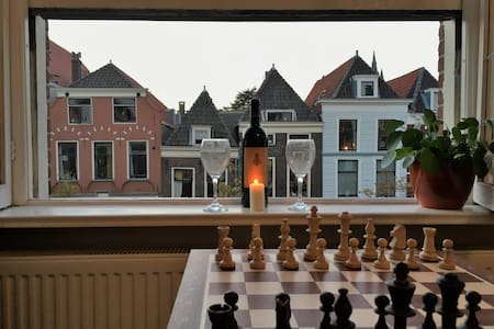 Private room with canal view, in Delft city center - Delft