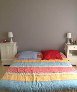 Chambre spacieuse dans villa. - Villa