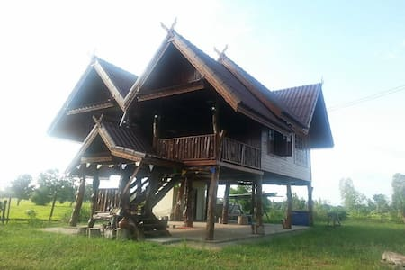 Traditional Thai house in ricefield - Hytte