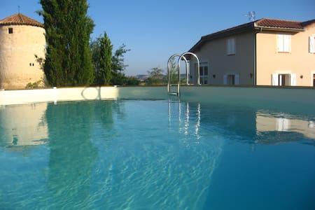 Une grande maison avec piscine - La Sauvetat - House