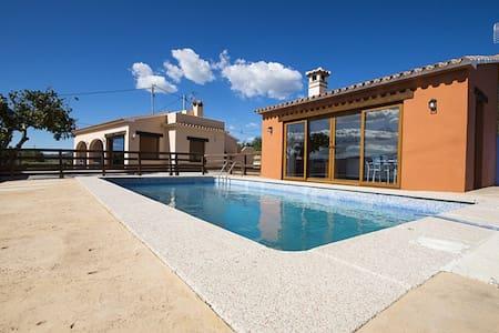 Casa con piscina en entorno rural. - House