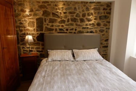 Two Breton character bedrooms, center of Combourg - Bed & Breakfast