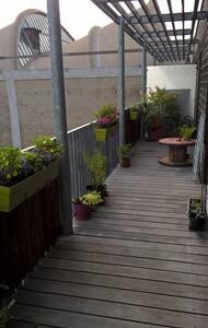 Deux-pièces en dernier étage avec généreux balcon. - Montreuil - Appartement